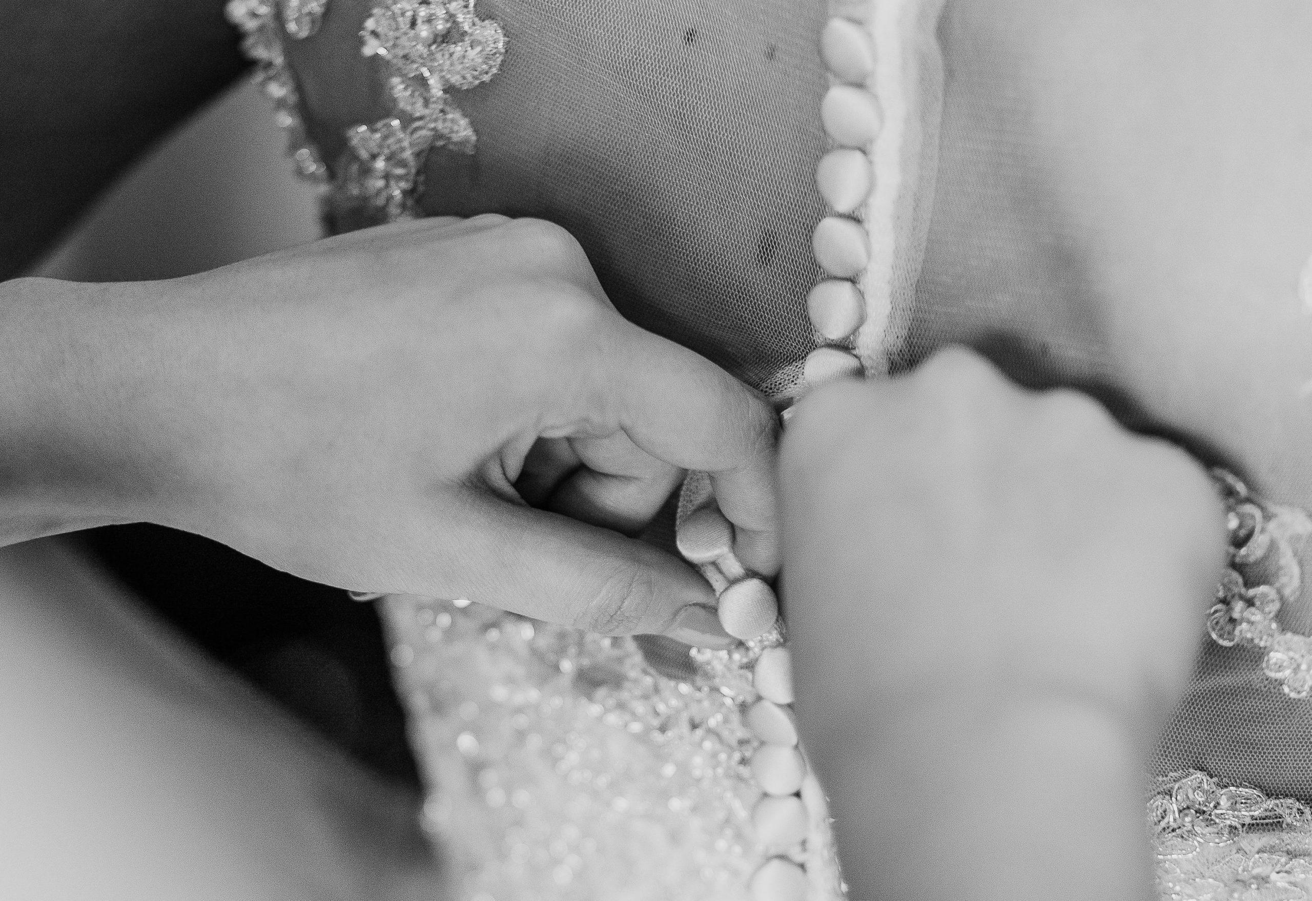 Brautkleid Rückenausschnitt Knöpfe Stickerei Spitze Perlen